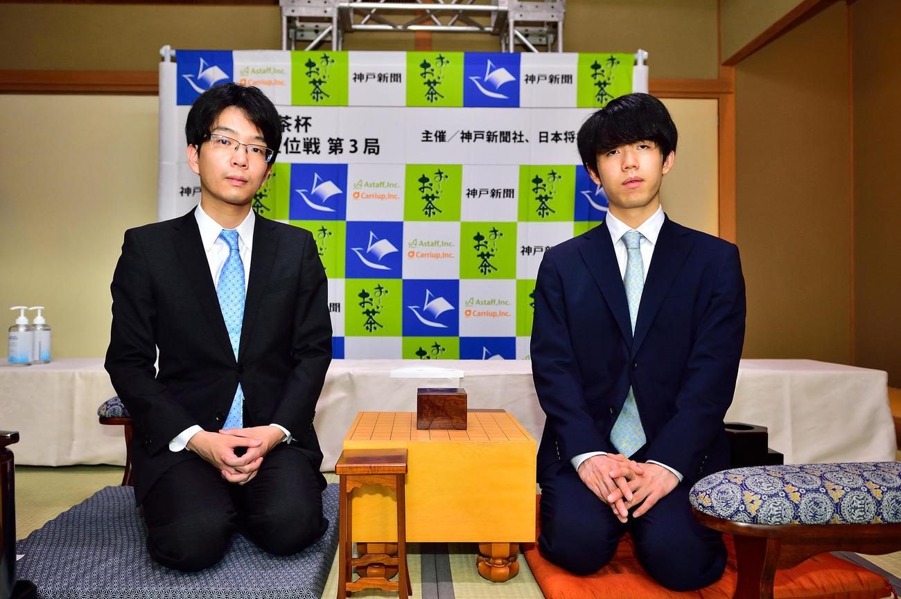 前日検分をする藤井聡太王位(右)、豊島将之竜王(日本将棋連盟)