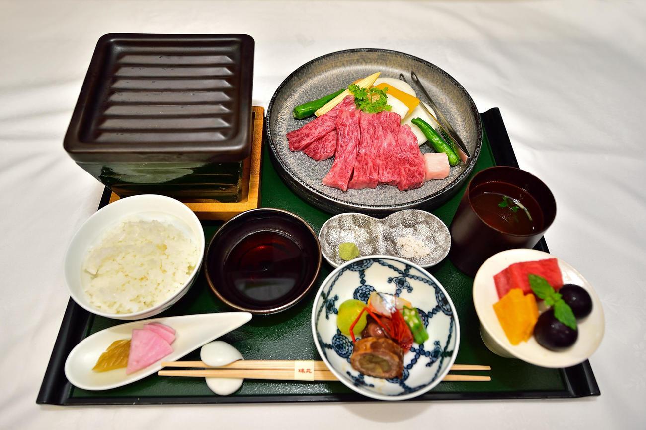 藤井聡太王位が昼食に注文した「三田牛と淡路玉葱(ねぎ)焼き膳」(日本将棋連盟提供)
