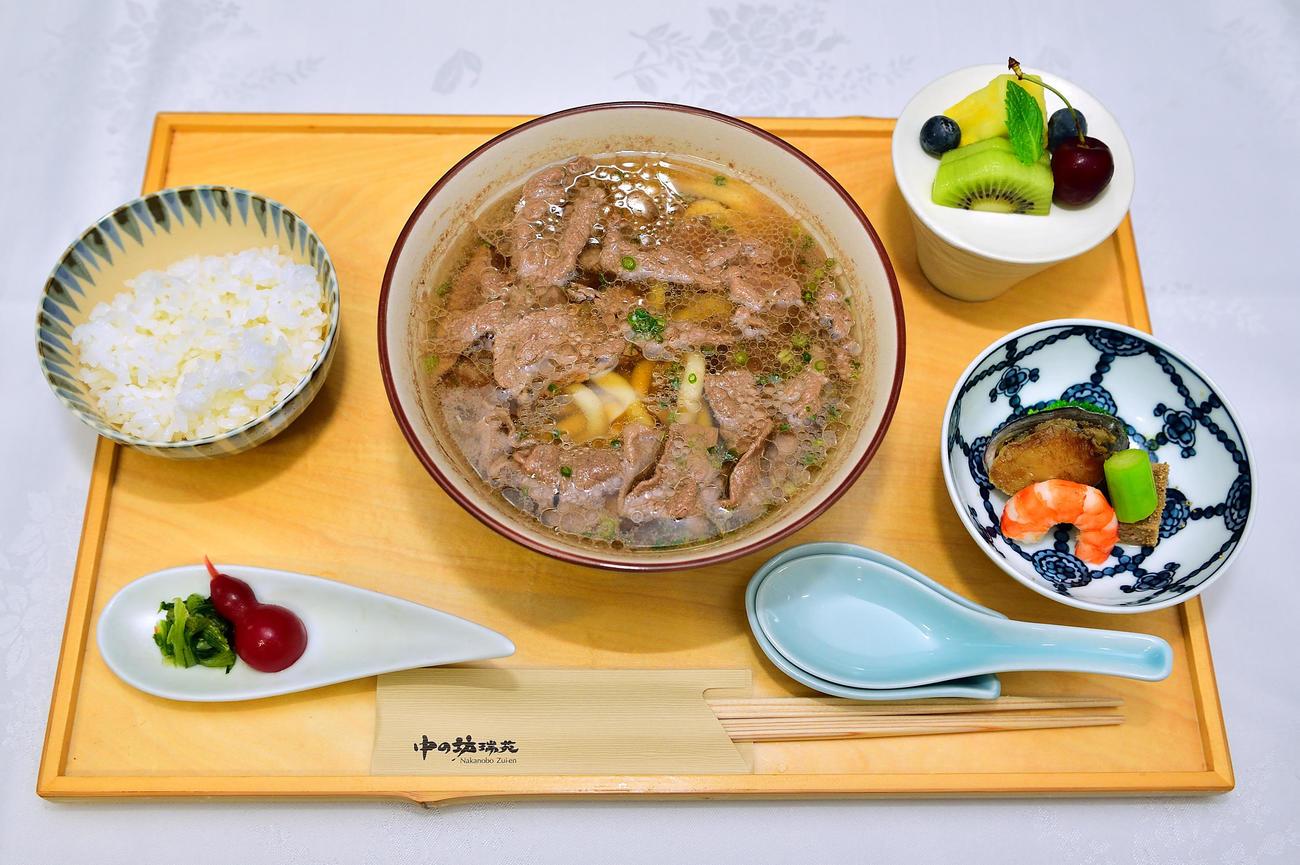 豊島将之竜王が昼食に注文した「神戸牛肉うどん膳」(日本将棋連盟提供)
