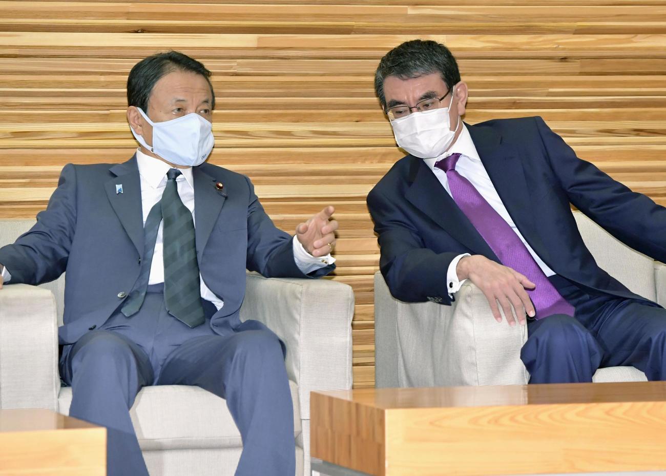 閣議に臨む麻生財務相(左)と河野行革相(共同)