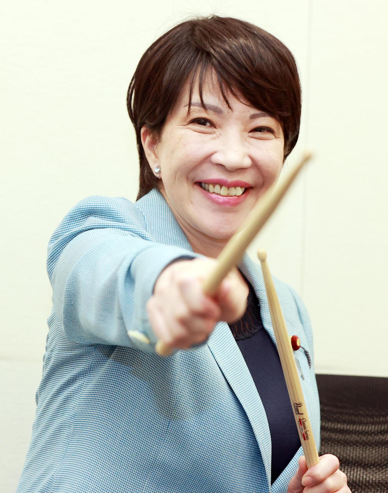 自民党総裁選に向け、ドラムスティックを手に笑顔を見せる高市早苗前総務相(撮影・浅見桂子)