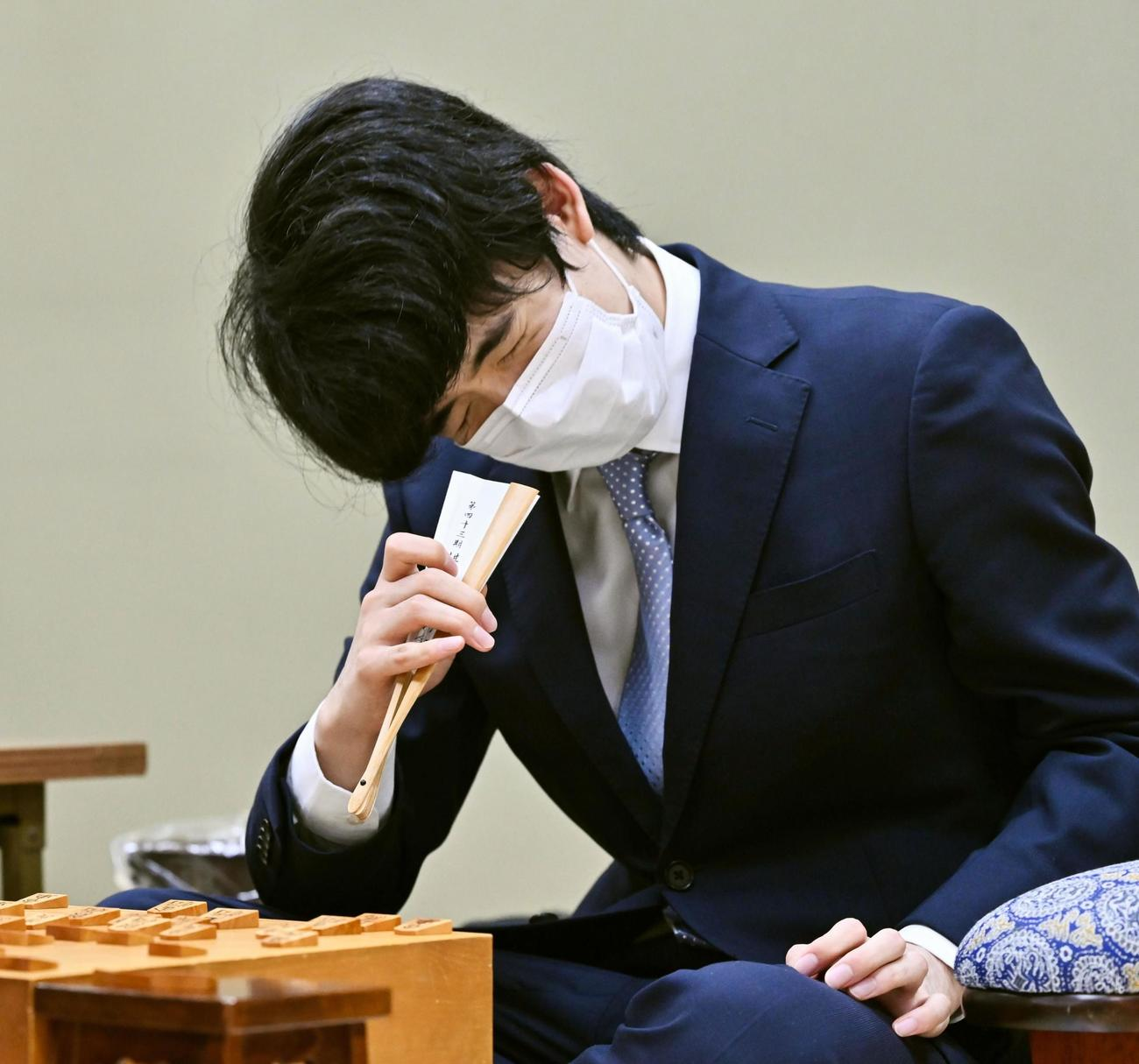 第47期棋王戦本戦トーナメント3回戦で敗れ、悔しそうな藤井聡太3冠