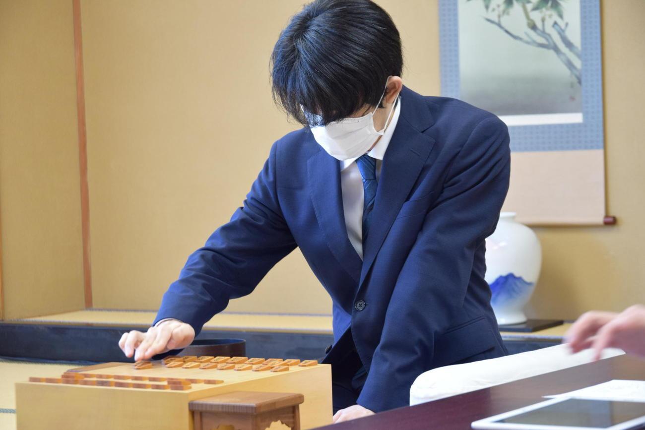 順位戦B級1組5回戦に臨んだ藤井聡太3冠(日本将棋連盟提供)