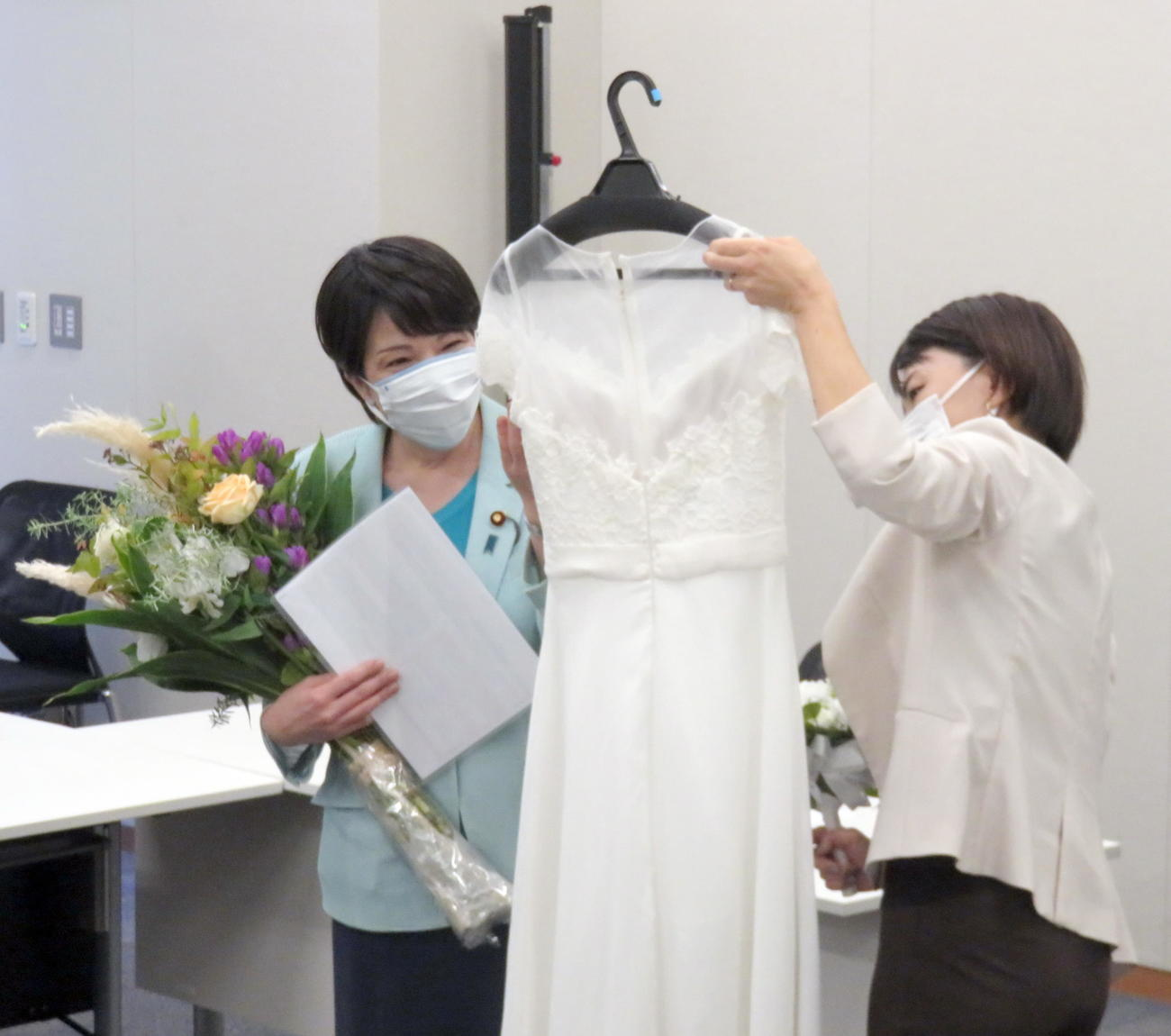 純白のウエディングドレスに笑顔で興味を示す高市早苗前総務相(左)(撮影・鎌田直秀)