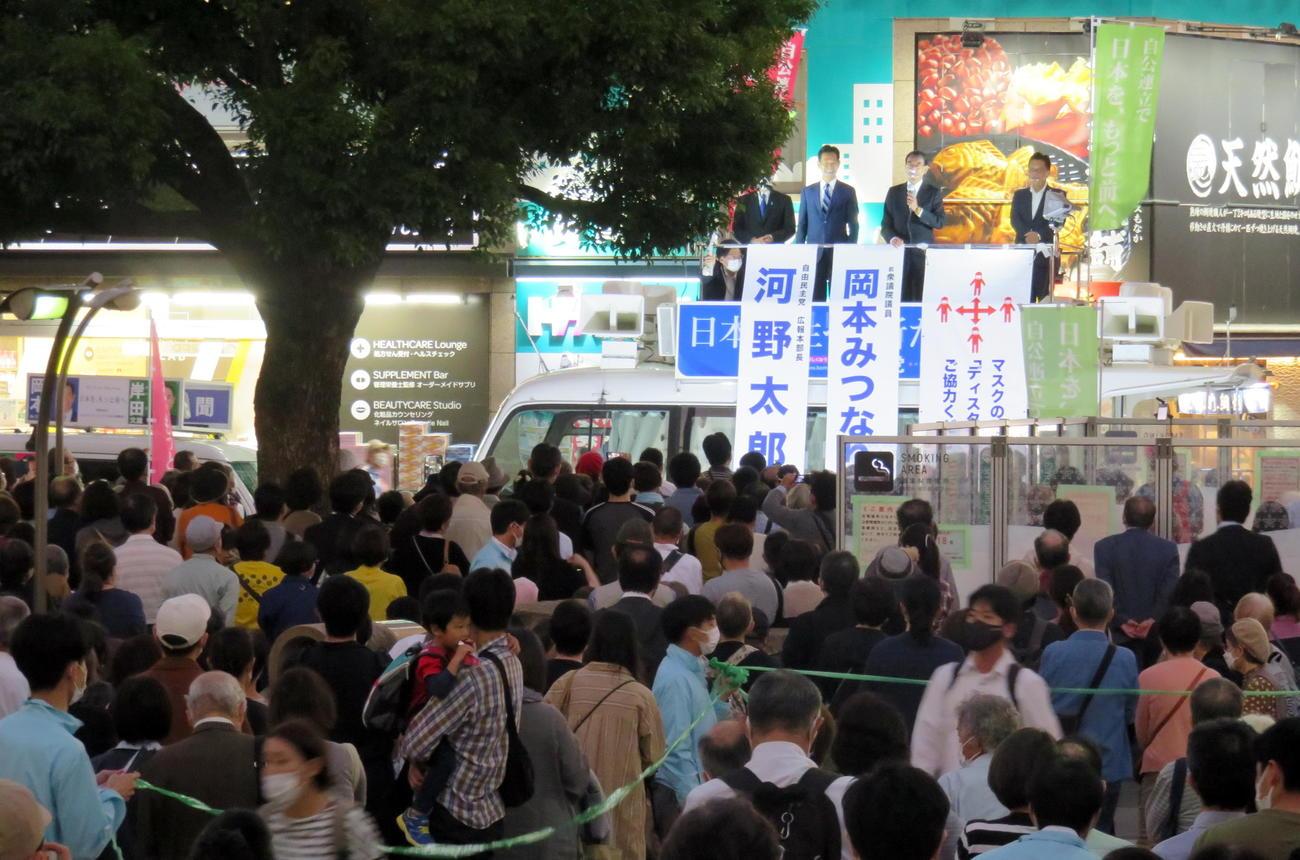自民党の河野太郎広報本部長の街頭演説中、多くの観衆が集まり密となったJR赤羽駅前(撮影・鎌田直秀)