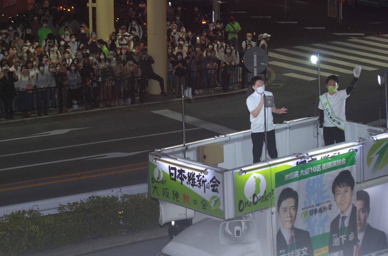JR高槻駅前で維新の新人候補の応援に入った日本維新の会副代表の吉村洋文大阪府知事(左)(撮影・松浦隆司)