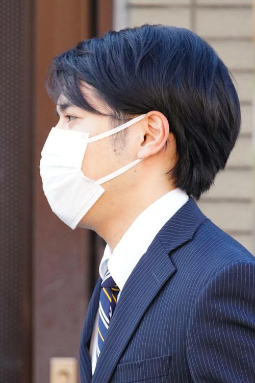 赤坂御用地へ向かうため自宅マンションを出る小室圭さん(代表撮影)