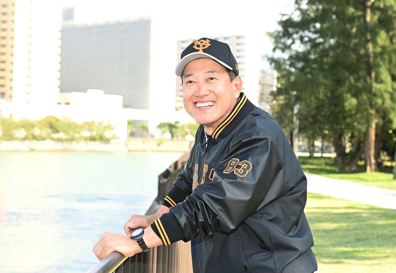 徒歩で宿舎へ帰る途中、川沿いで笑顔の巨人原監督(撮影・鈴木みどり)