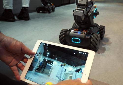 「ロボマスターS1」はスマホやタブレットで動かします