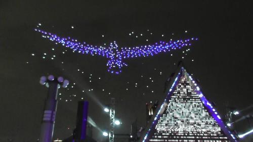 東京モーターショーでドローン500機が鳥の形を作ります
