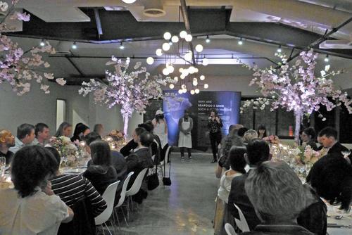 桜の木をモチーフにした美しいデコレーションの中で日本酒とシーフードのマリアージュを楽しむイベントが行われました