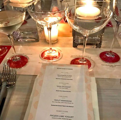 テーブルにはグラスが4つセットされ、各料理に合わせてセレクトされた日本酒が注がれる形式で食事を楽しみます