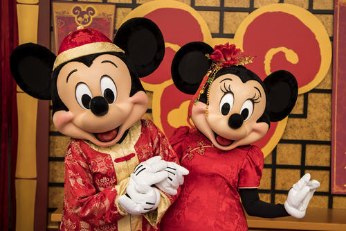 ミッキーとミニーもチャイナ服で登場する春節を祝うイベントは17日からスタートします (c) Disney