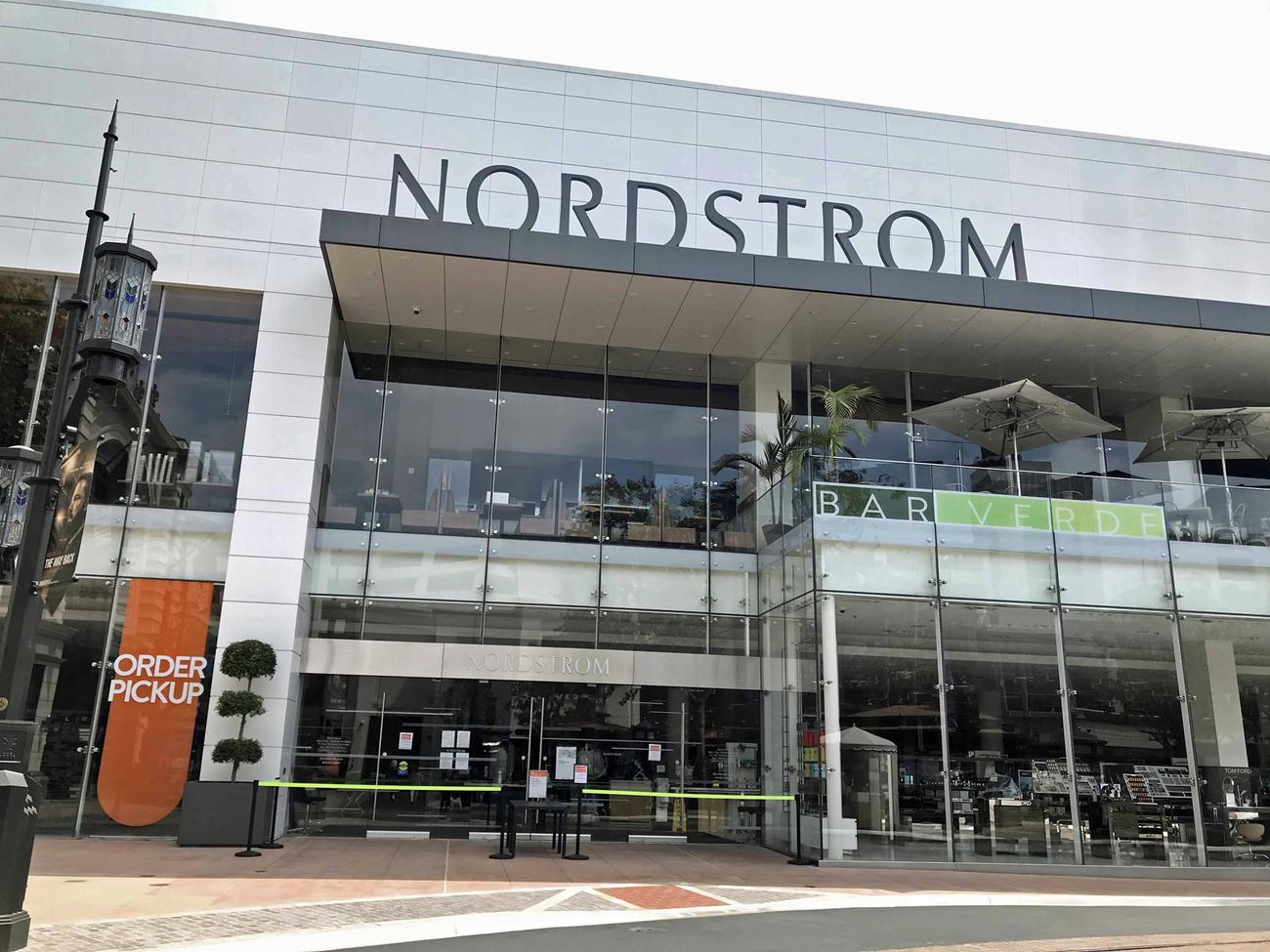 百貨店ノードストロームは入口にロープを張って、客は中に入れないようになったまま。注文した商品を受け取るだけの営業です