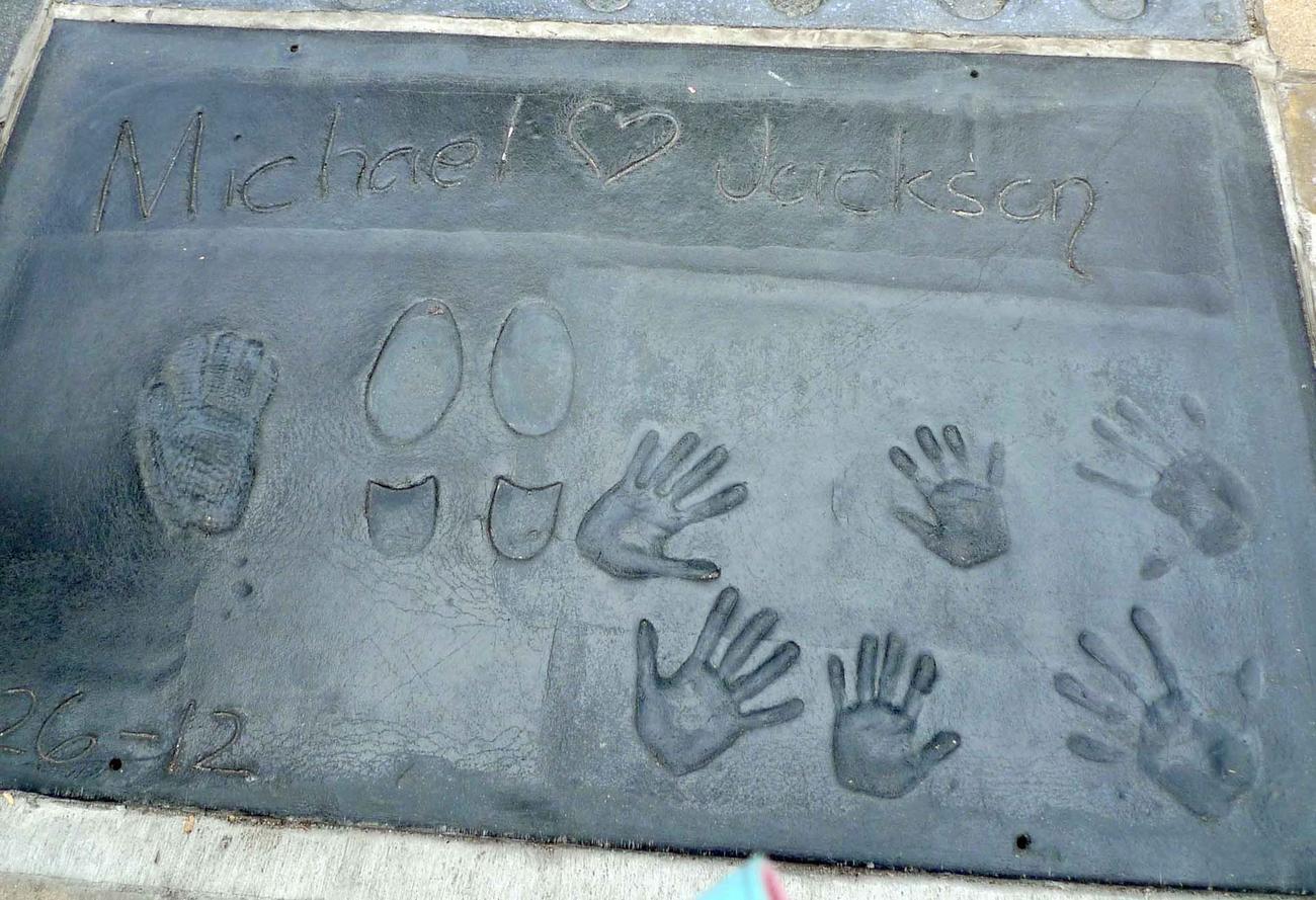 マイケルさんの3人の子供たちの手形とともにマイケルさんの足型と手型がチャイニーズ・シアターの前に刻まれています