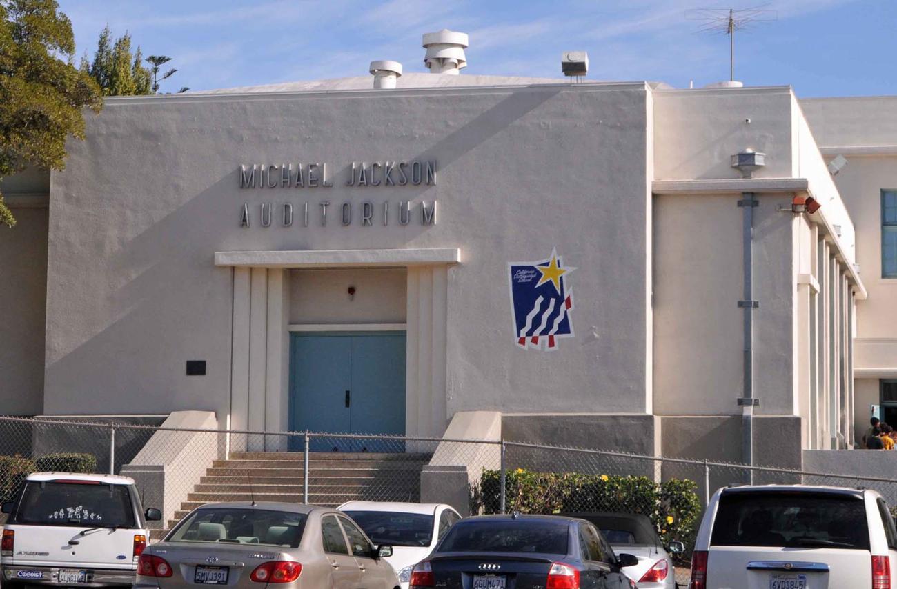 マイケルさんが通っていた小学校にはその名前を冠した講堂もあります