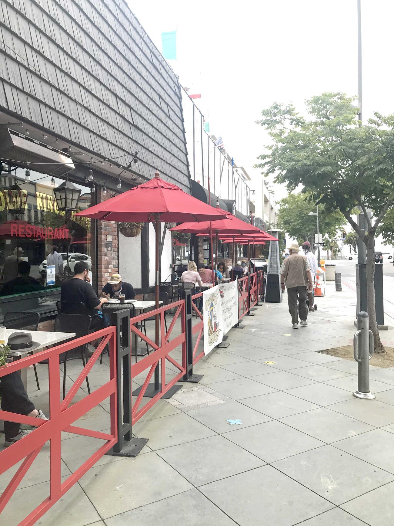 アウトドア席での飲食は許可されているため、多くのレストランが店舗前にテーブルとイスを並べて営業を続けています