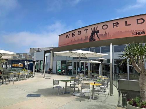 サンタモニカのショッピングモールのルーフトップにあるフードコートは開放的なオープンスペースでソーシャル・ディスタンスを保って営業しています