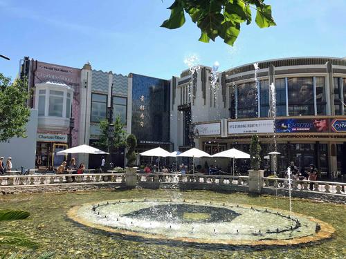 噴水の周りをショップやレストランが取り囲むショッピングモール、ザ・グローブは営業しています