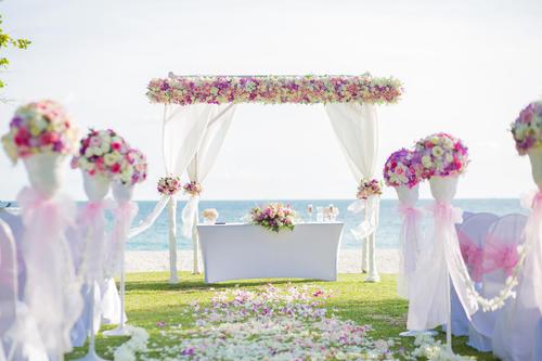 ビーチウエディングならソーシャルディスタンスを確保しながらロマンチックな挙式ができると人気