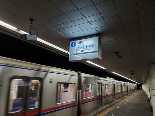 〈12〉東成田に到着。ホームは閑散としていた