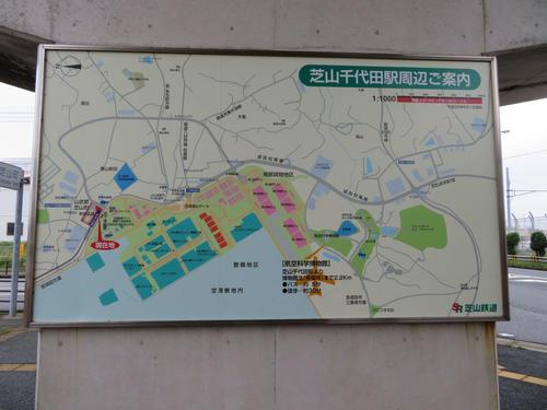 〈10〉駅周辺の案内図。空港と接していることが分かる