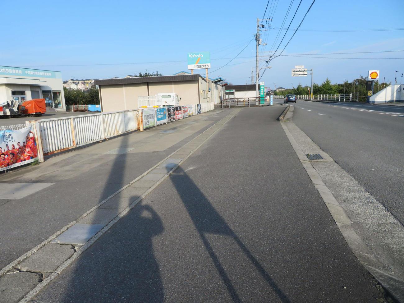 〈3〉犬伏駅があったと思われる場所付近。バス停がないと気づかないかもしれない
