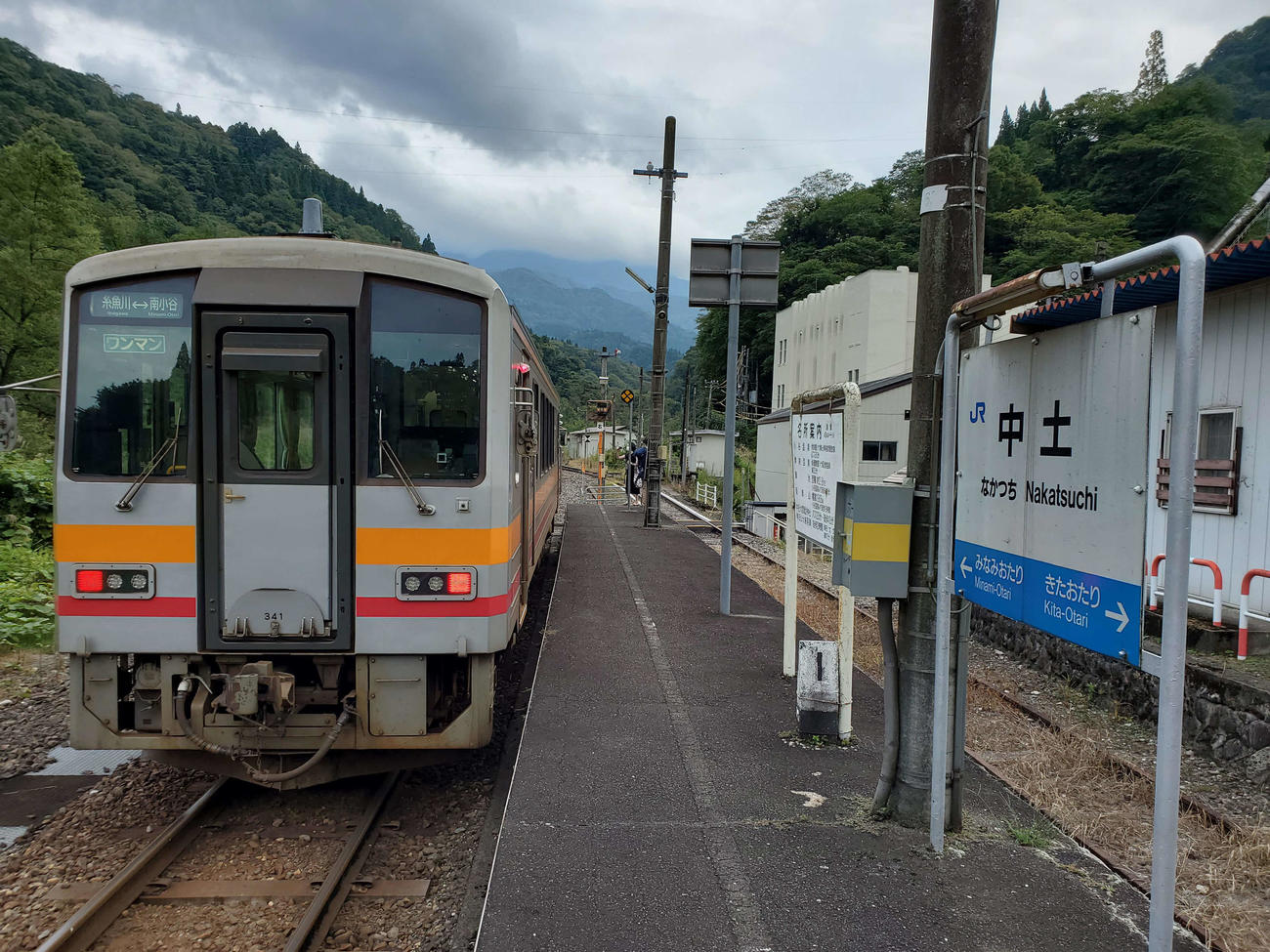 〈11〉中土駅のキハ120。片側ホームに線路は残るが使用されていない