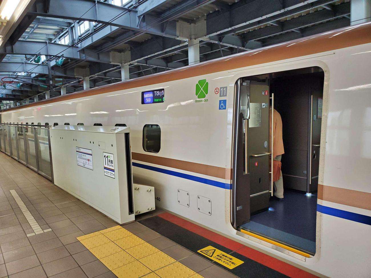 〈12〉金沢から北陸新幹線のグリーン車に乗り込む