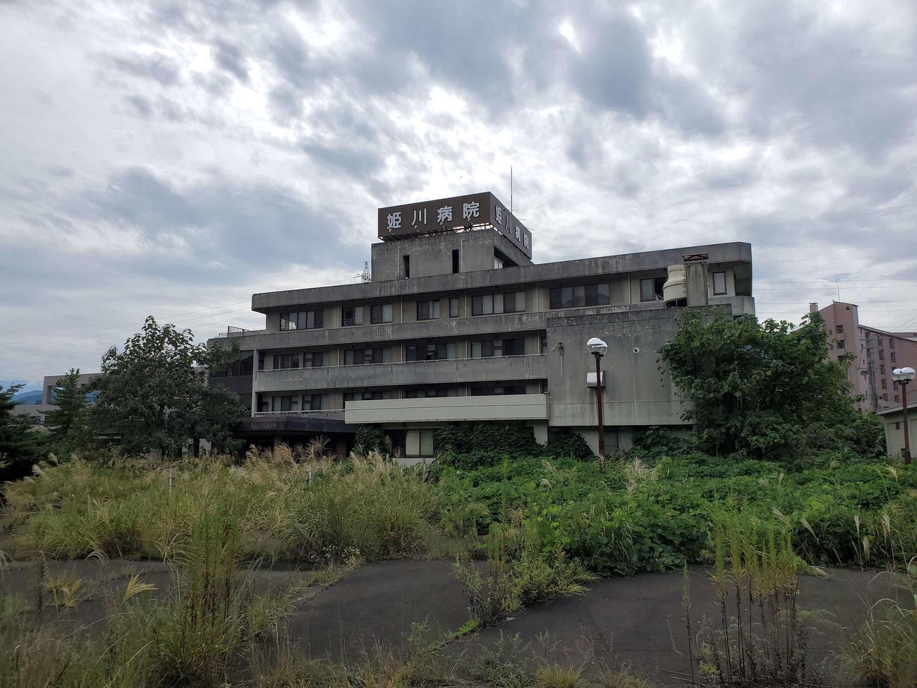 〈8〉道路をはさんだところに今は廃業している病院があった