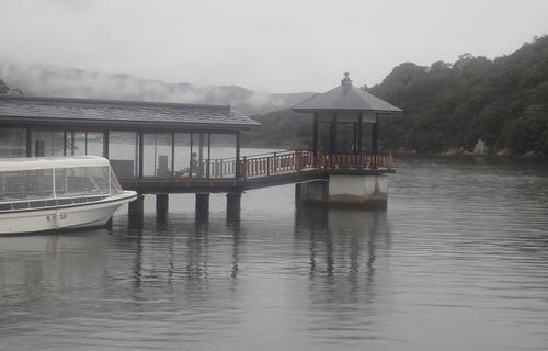 霧に煙る舘山寺の浮見堂