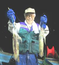 積丹町婦美沖で大型マイカを釣り笑顔を見せる苫小牧市の工藤隆さん