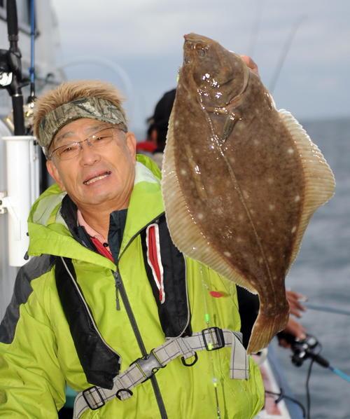 謙信丸の五目釣り大会でイシガレイ64センチを釣り上げた武田さん