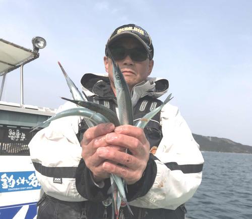 のべ竿のウキ釣りで釣った良型サヨリを披露する前川さん