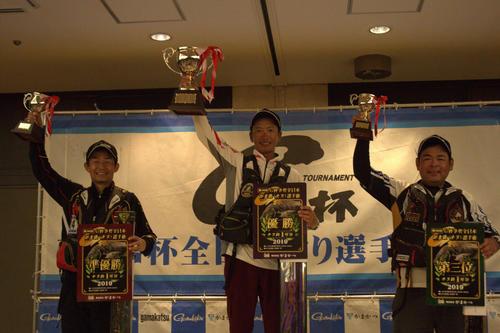 優勝した車選手(中央)準優勝の青木選手(左)3位の桑原選手