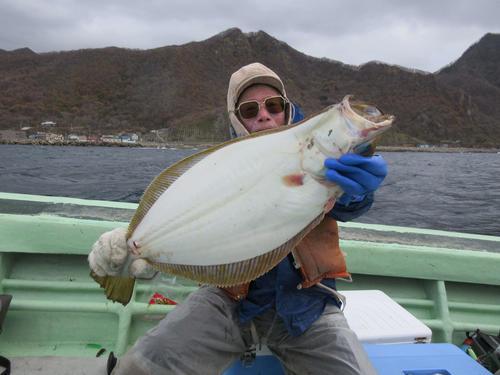 脂が乗った大型ヒラメを釣り上げた札幌市の若林さん