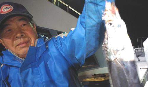 夜タチウオ。指4本級が浅いタナで釣れちゃう