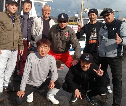最後は、みんなで集合写真だ。前列グレーのシャツが松丸の西藤裕船長だ。素晴らしいクロムツをありがとう