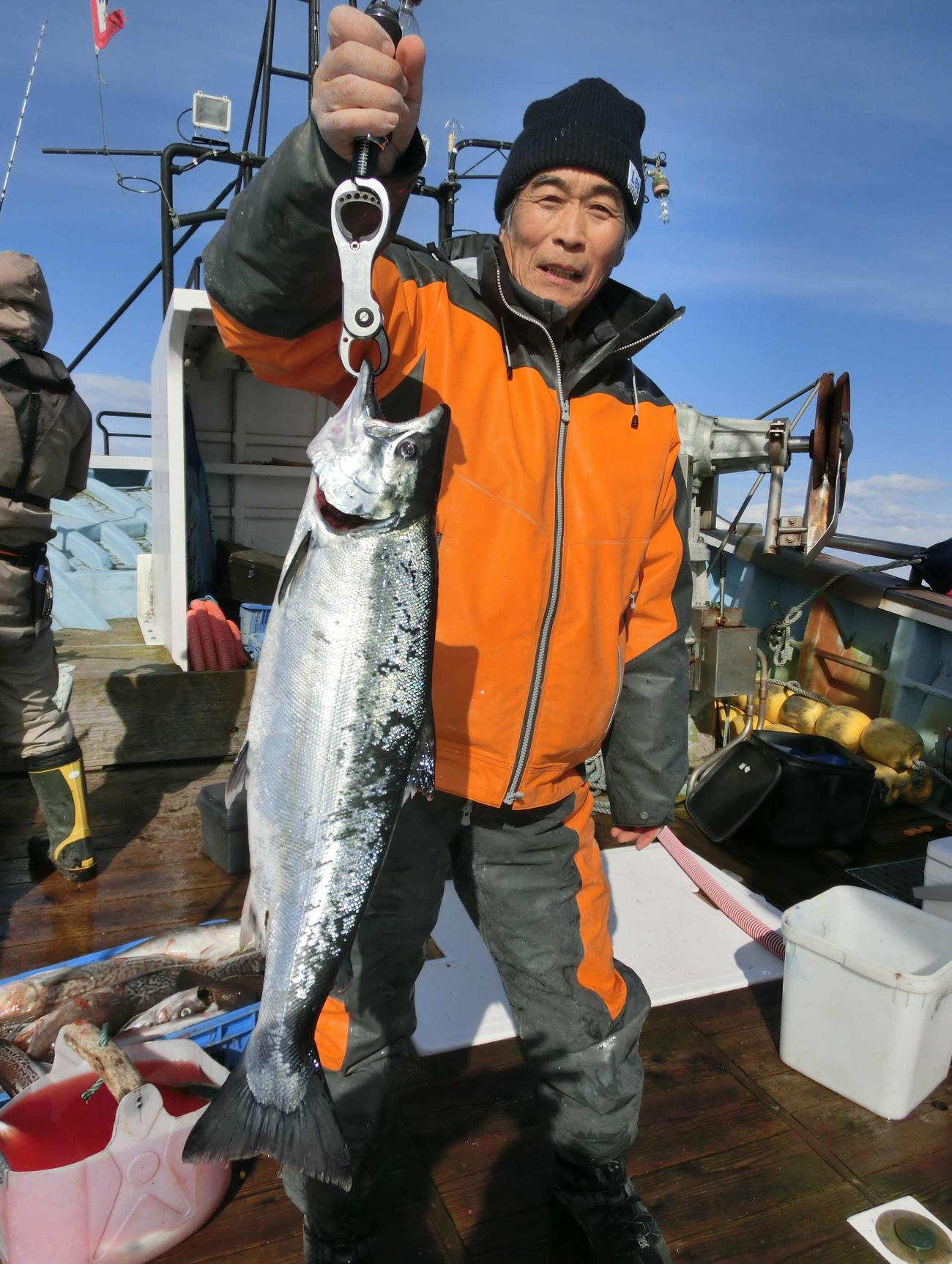 2キロオーバーのサクラマスを釣り上げた千歳市の久保秀喜さん