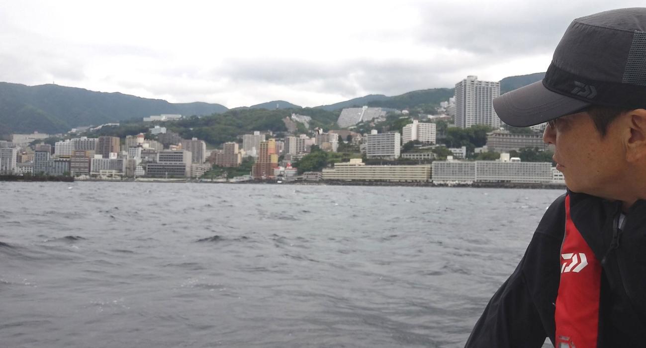 町を一望できる海域。こんな場所で釣りが楽しめる。熱海沖はふところが深い