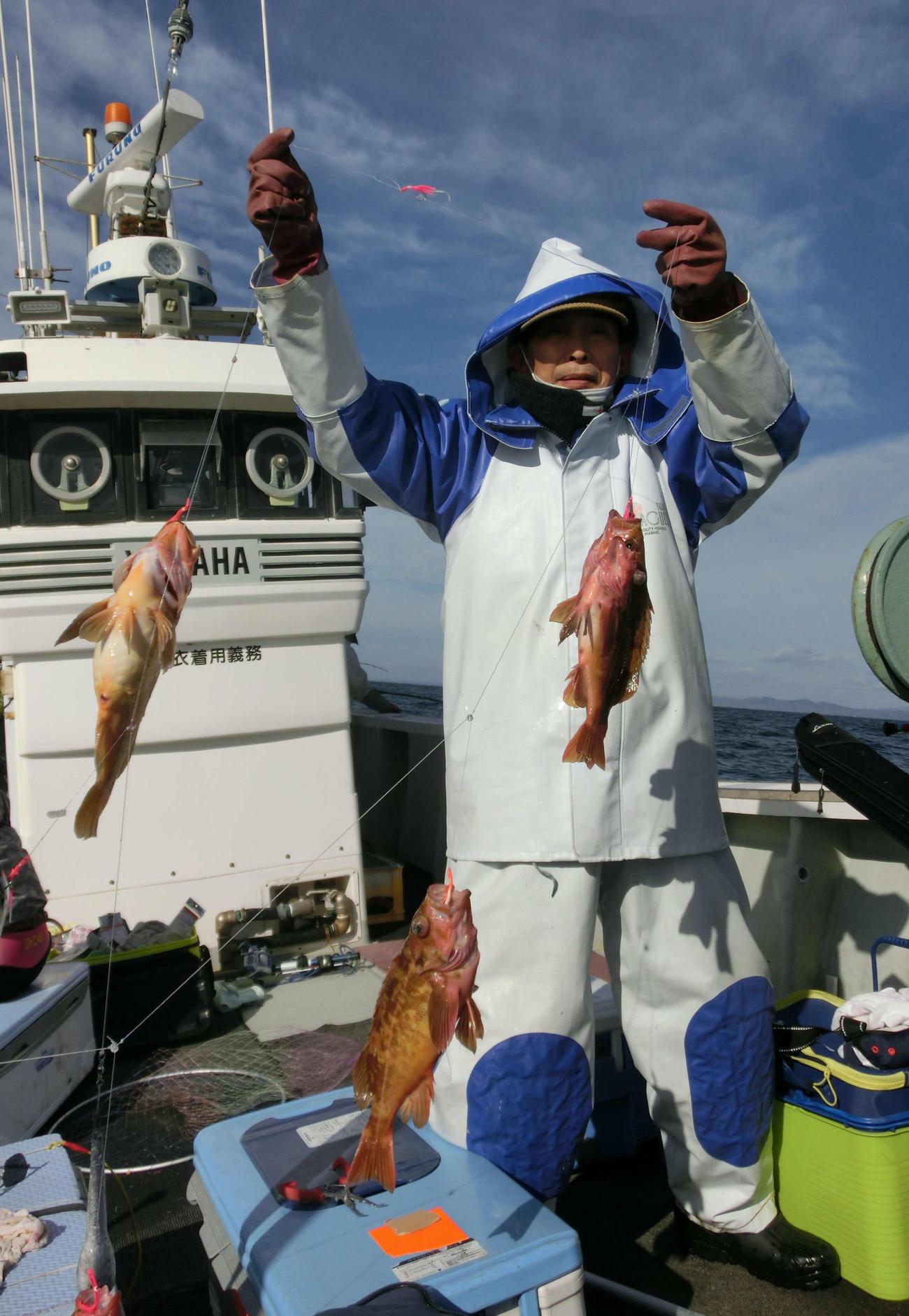 釣り上げたヤナギノマイを披露する帯広市の横野さん