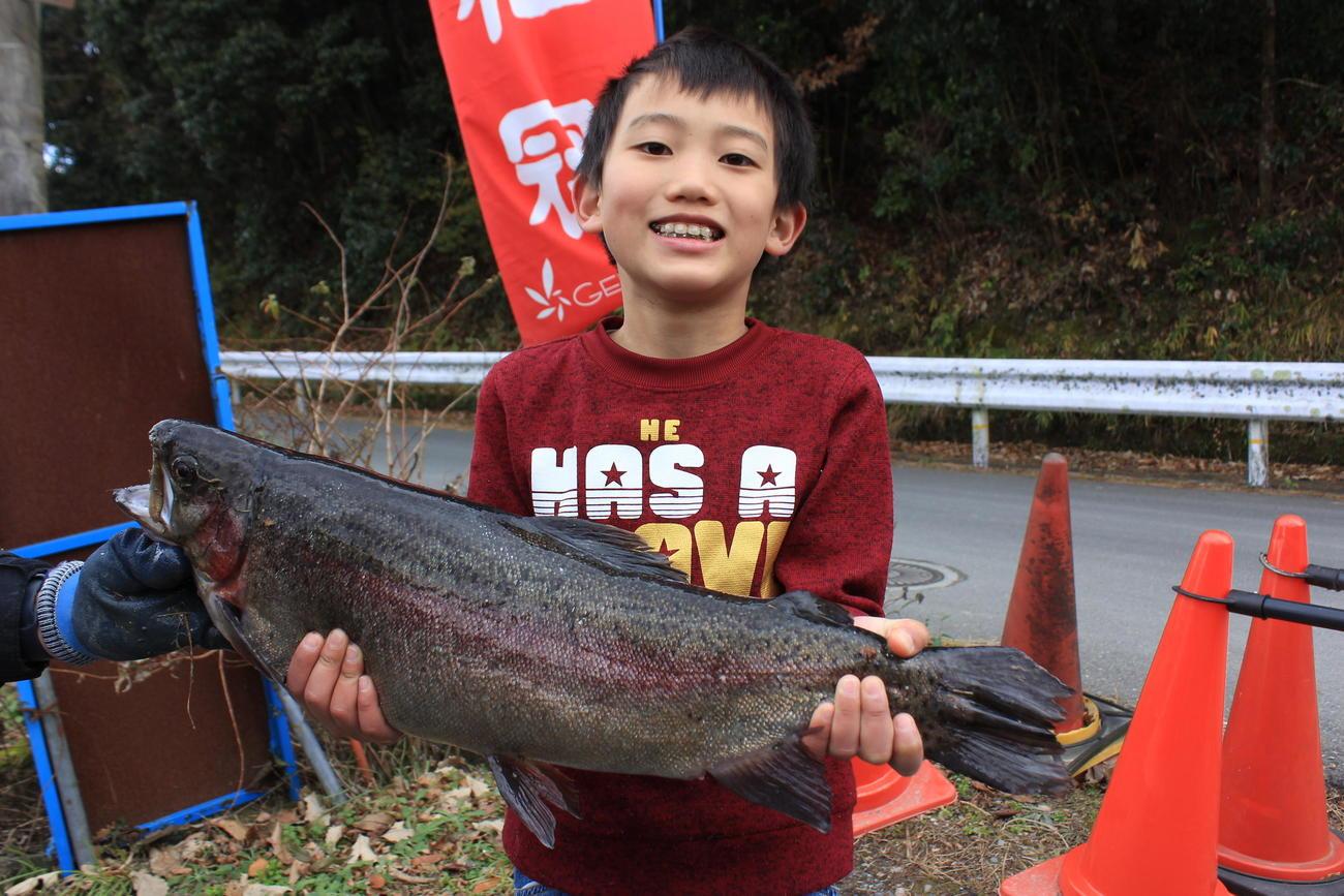 餌釣りの部で優勝した小川君が釣った60・5センチのニジマス