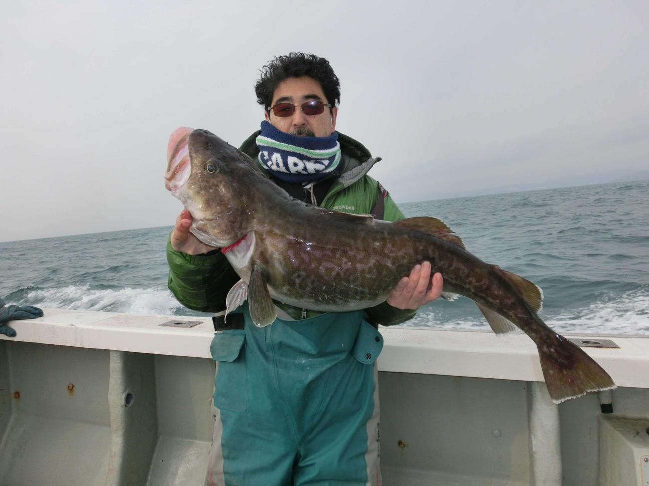 マダラのビッグサイズを釣り上げた浦河町の猪狩典史さん