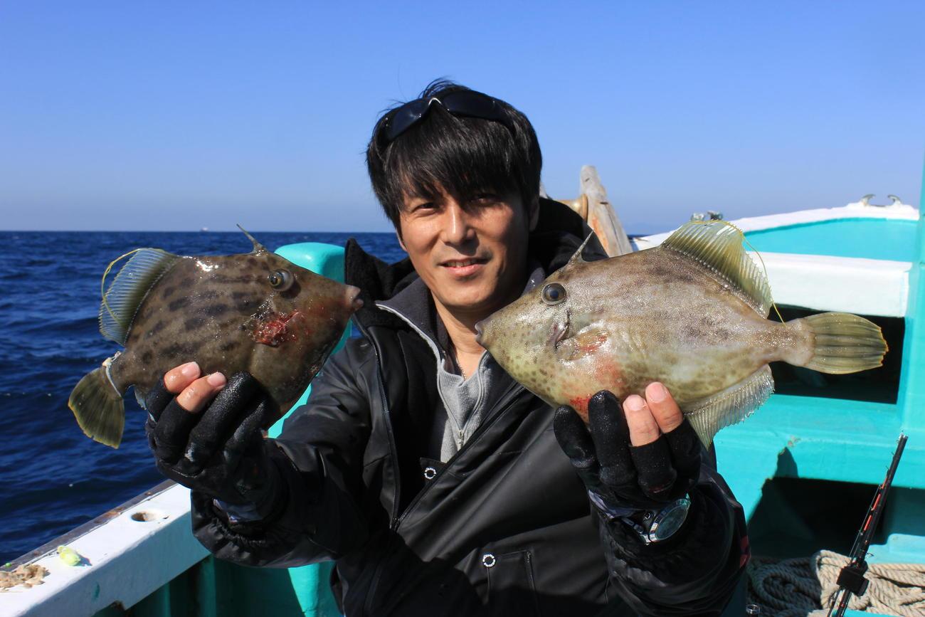 門脇さんが、はわせ釣りで釣り上げた25、27センチのカワハギ