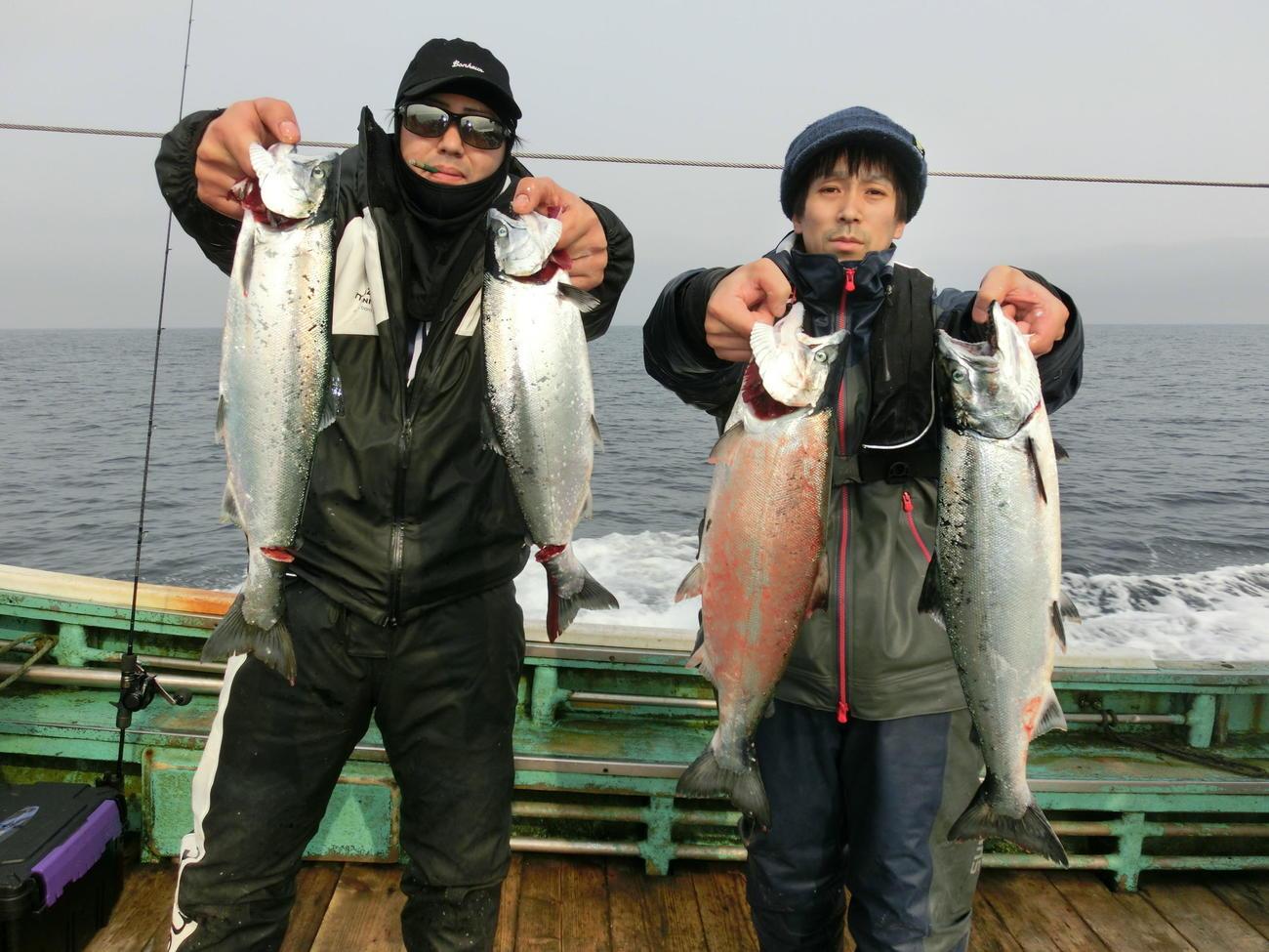 ジグ釣りで良型サクラマスを上げた伊達市の千葉薫人さん(左)と洞爺湖町の白石昇也さん