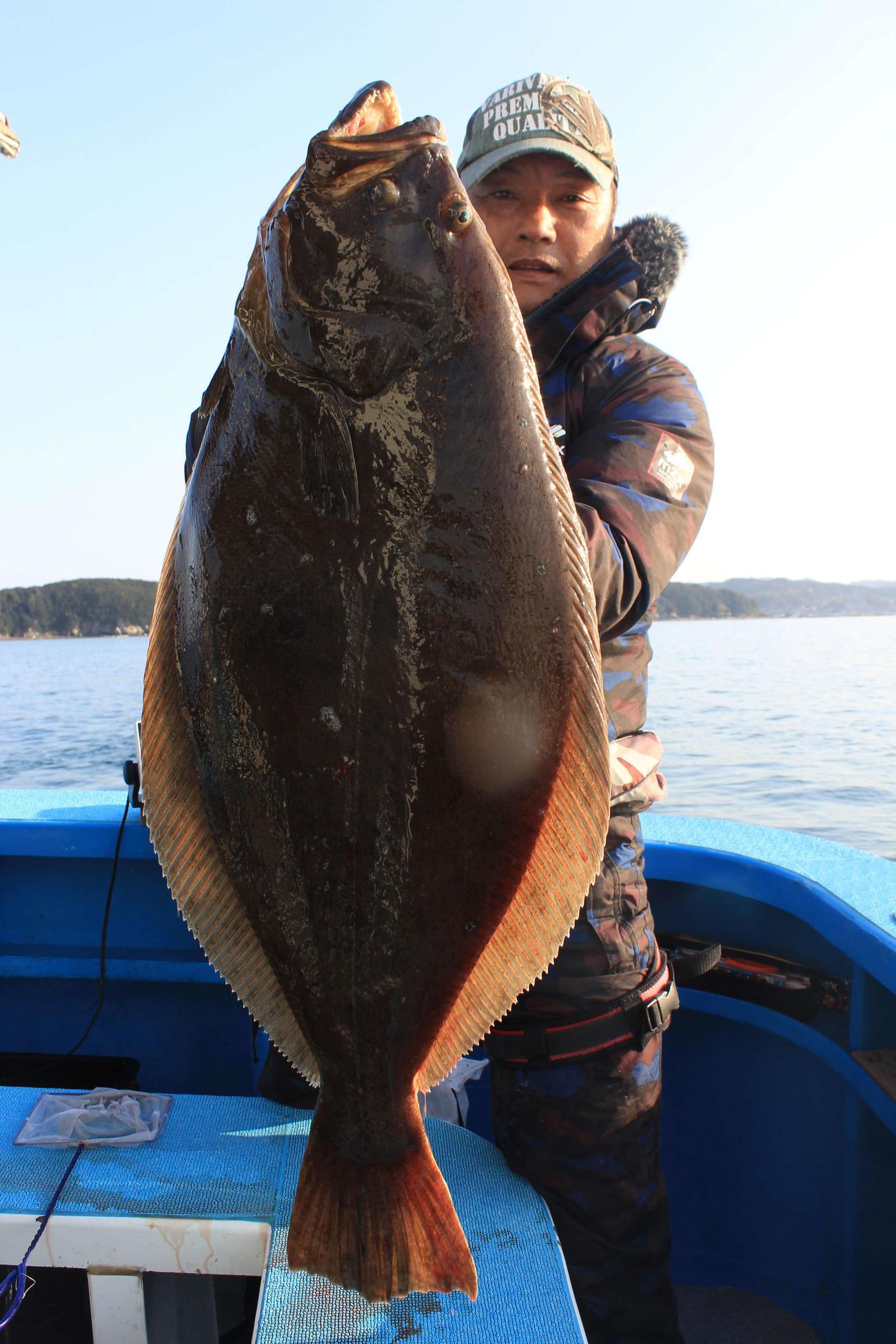 仲さんが釣り上げた84センチのヒラメ