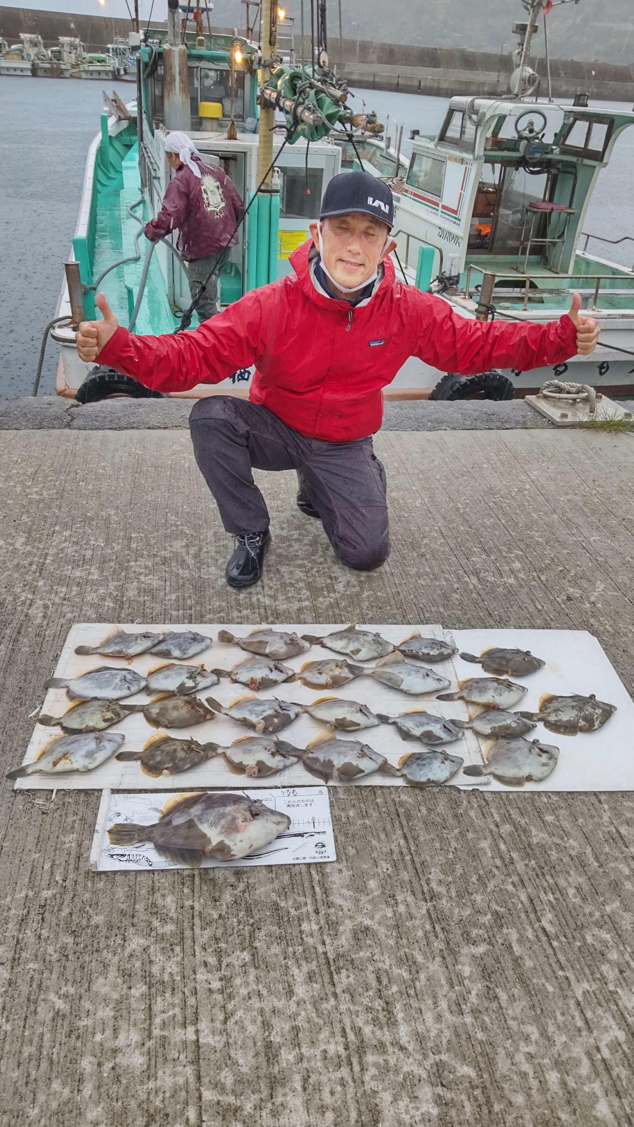 黒岩さんが35.5センチのカワハギを頭に25センチまでを27匹も釣っている