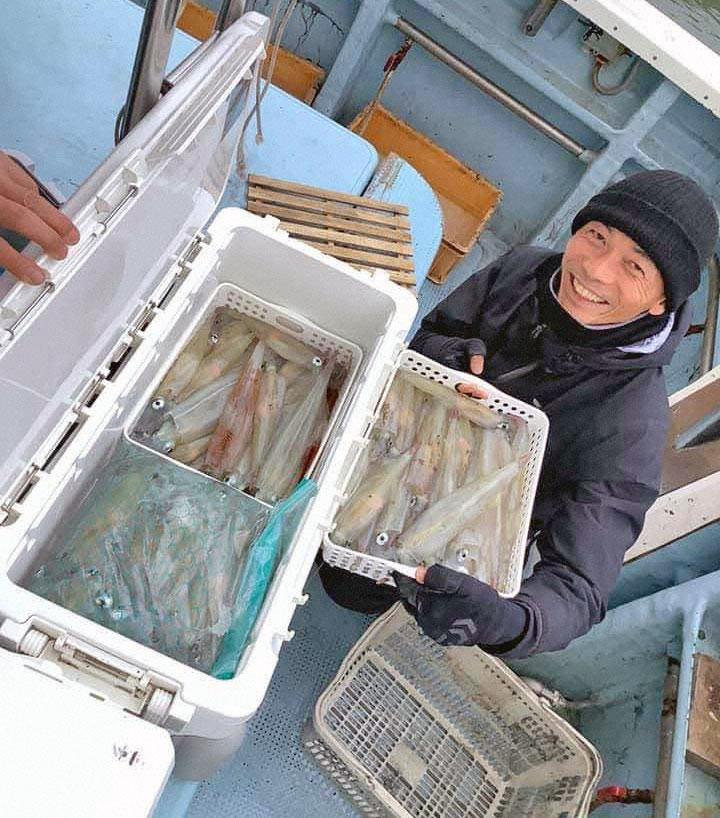 野洲市の上杉忍さんらが胴長20~40センチのヤリイカを35~112匹と爆釣