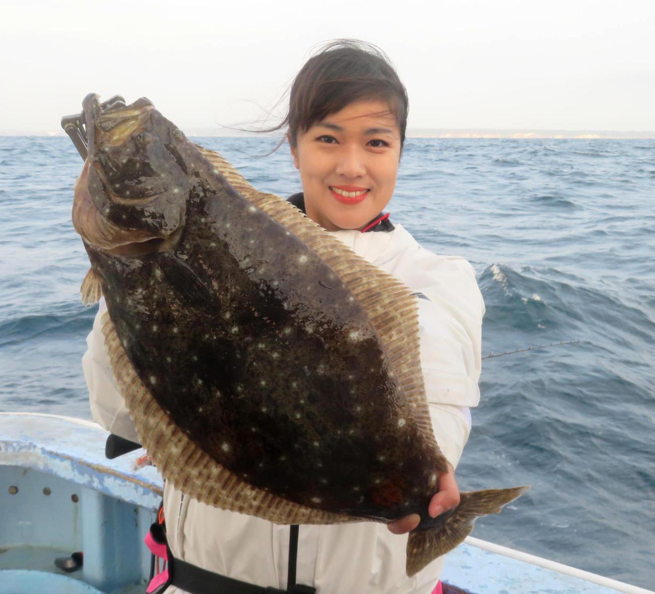千葉・岩船沖で1・8キロのヒラメを釣り上げ、目標を達成した出光仁美