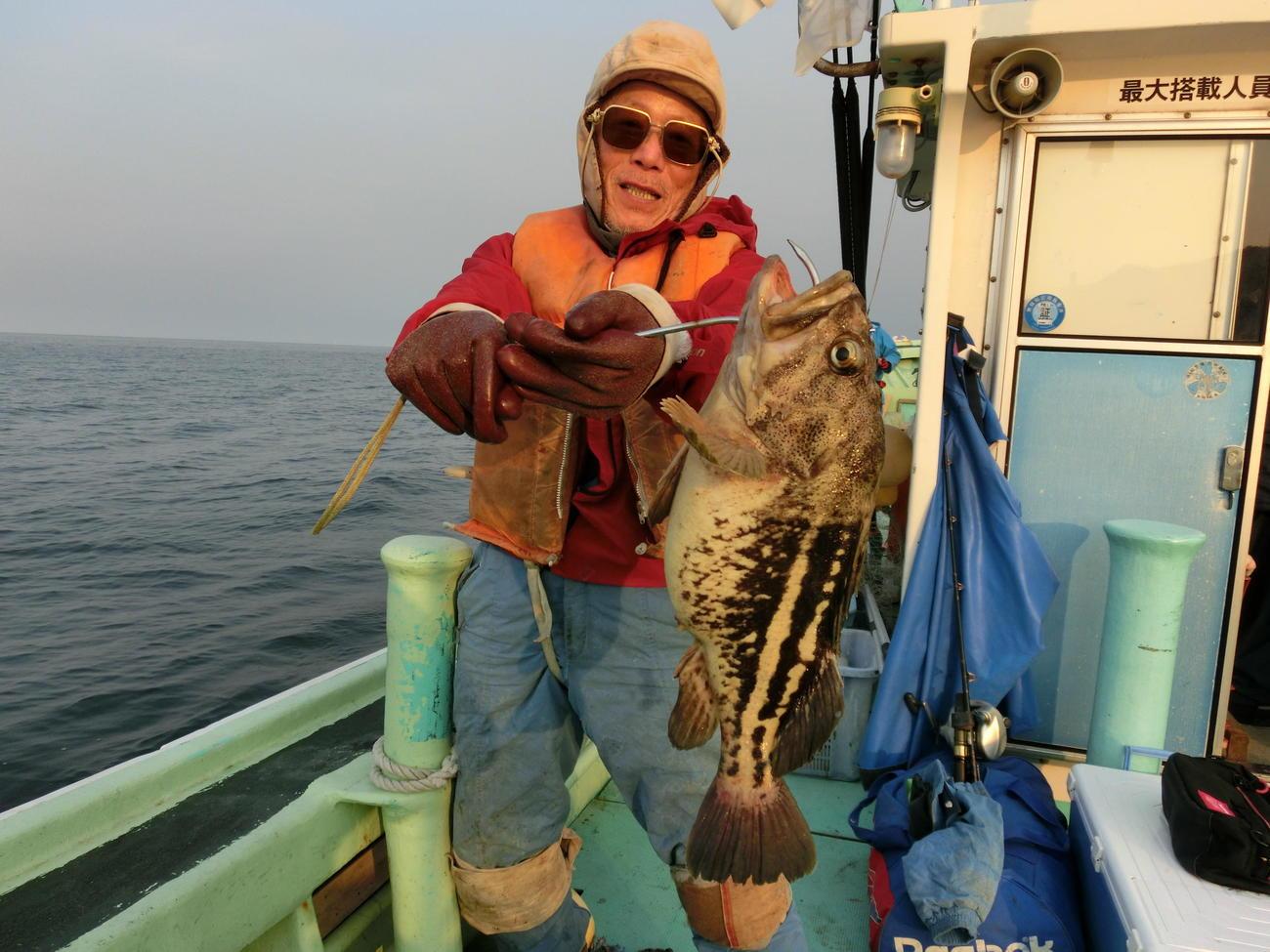 50センチ、重さ2キロのシマゾイを釣った札幌市の若林さん